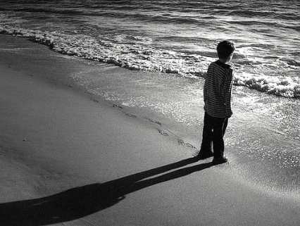 DE RISA ME DA TODO ESTO Little-boy-beach-shadow
