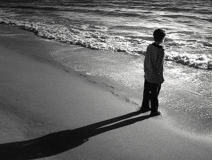 DE RISA ME DA TODO ESTO Little-boy-beach-shadow